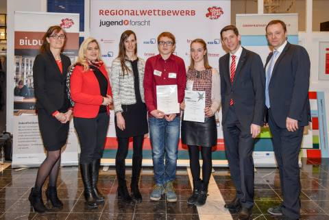 "Regionalsieger ""Technik"": Alicia Göbel, Jonas Göbel von links nach rechts: Stephanie Müller, Sparkasse Forchheim, Staatsministerin Melanie Huml MdL, Ester Buthmann, KSB SE & Co. KGaA, Jonas Göbel, Alicia Göbel, Steffen Potstada, Sparkasse Kulmbach-Kronach, Frank Ebert, Oberfranken Offensiv e.V."
